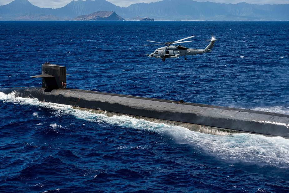 US Navy evaluates the delivery of payload to submarine with MH-60R SeaHawk naval helicopter