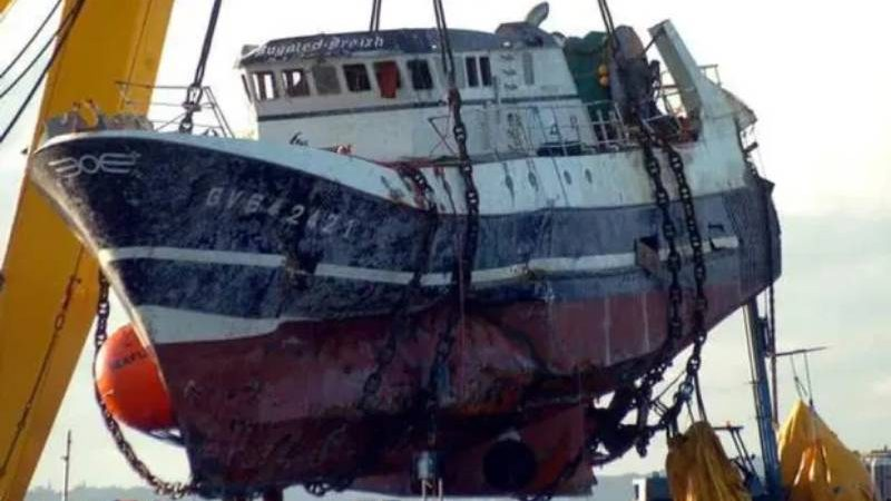 Skipper recalls 'evasive' submarine off Cornwall as trawler sank in 2004